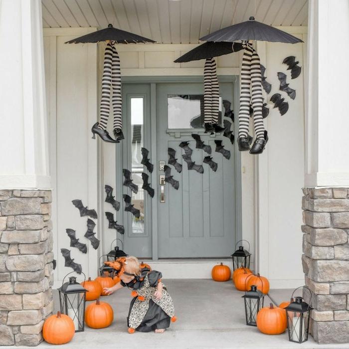 fabriquer deco halloween avec des courges chauve souris decoratifs de papier lanternes noires parapluies avec des pieds de sorcière