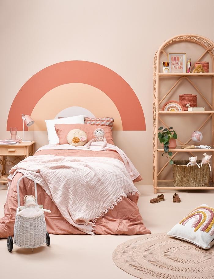 fabriquer une tete de lit originale avec peinture terracotta décoration chambre enfant étagère rotin tapis rond jute panier fibre végétal