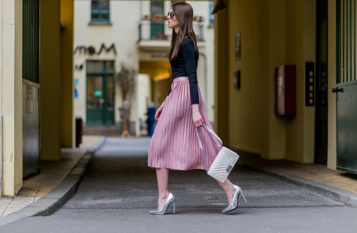 fantastique idée tenue jupe mi longue rose et polo noir jupe noire plissée quelles chaussures porter avec une jupe longue plissee