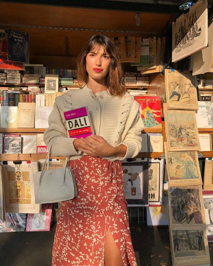 femme a paris tenue classe femme mode parisienne belle femme stylée robe rouge fleurie et gilet blanc court
