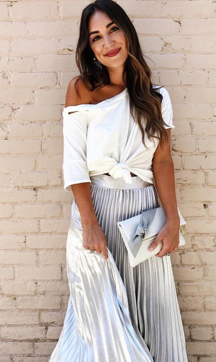 femme bien habillée jupe argenté top blanc boheme jupe chic et tendance comment porter une jupe longue plissée