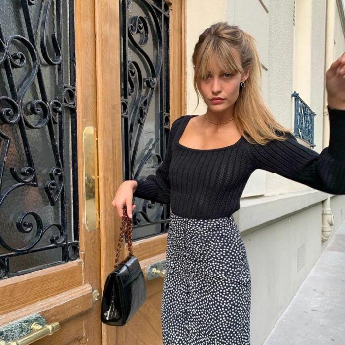 femme bien habillée jupe mi longue fleurie pull noir style parisienne tenue décontractée chic femme vetements