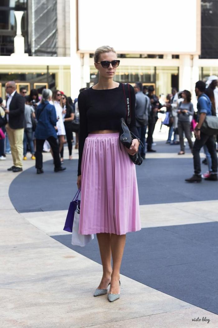 femme blonde pull noir manche longue ceinture juperose claire chaussures pointues look jupe plissée tenue classe femme tendances automne lunettes de soleil tendance