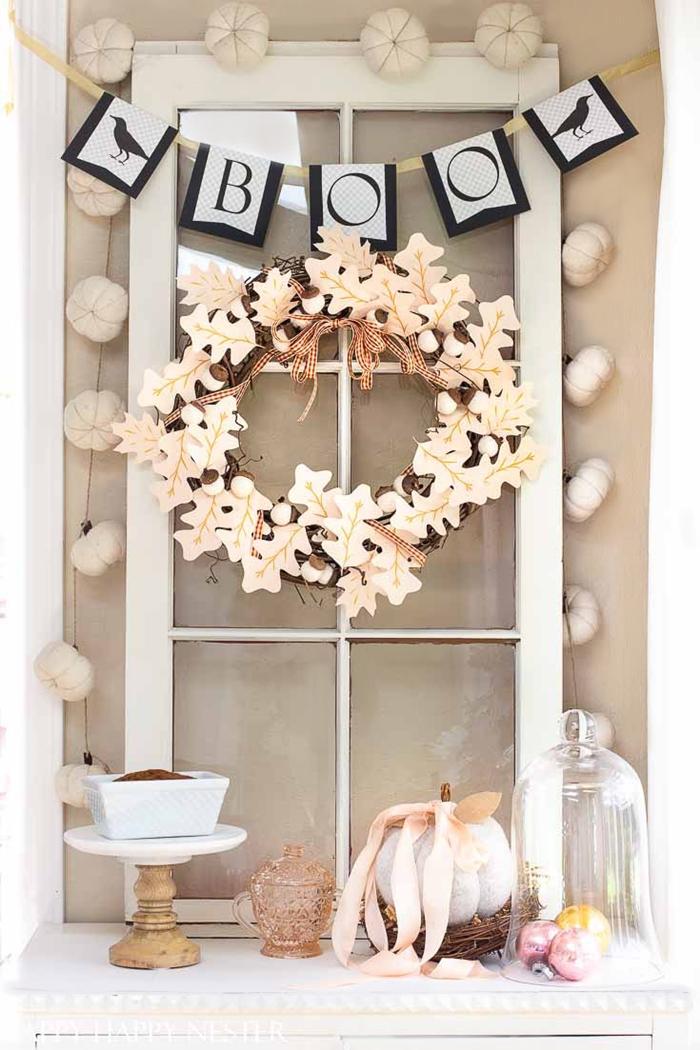 fenêtre carreaux recyclée décoration halloween a fabriquer avec objets récup guirlande en papier lettres effrayantes couronne feuilles