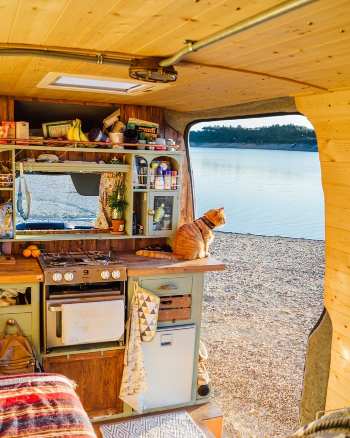 fenêtre isolation intérieur aménager un van mur bois parquet petite cuisine plan de travail bois rangement mural étagère