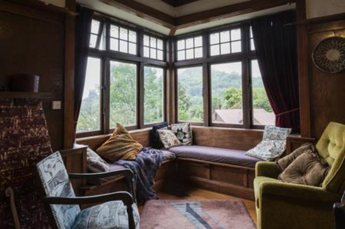 fenetres en angle avec belle vue de la montagne canape ambiance cocooning couleur peinture salon