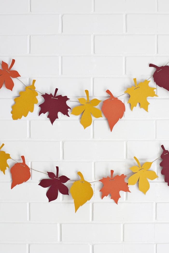 feuilles d automne en papier coloré decoration halloween maison briques blanches décoration murale facile à faire