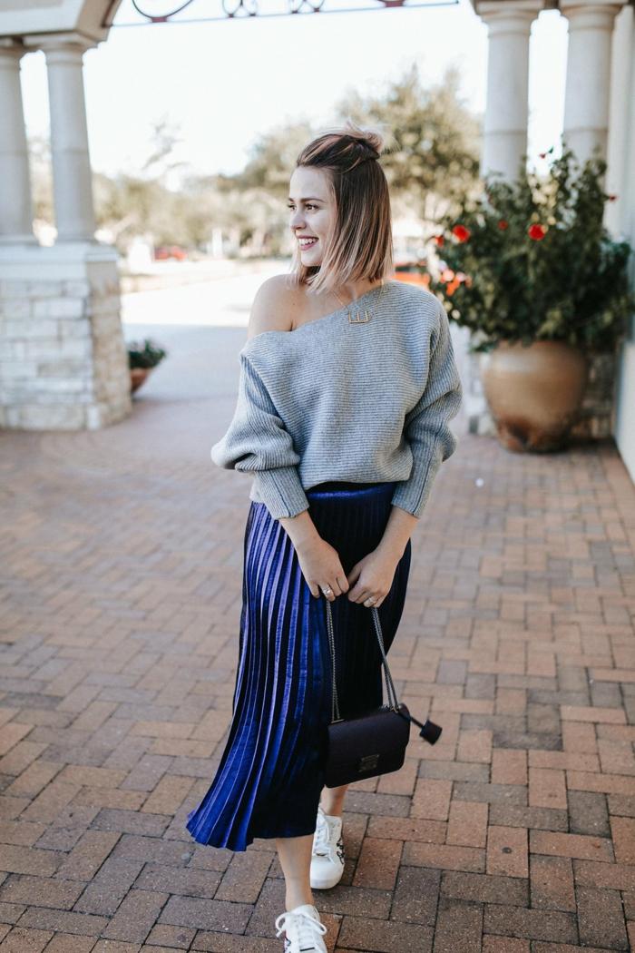 fille en pull epaule denudee jupe noire plissée ensemble femme chic tendance mode 2020 jupe bleu fonce tenue avec baskets