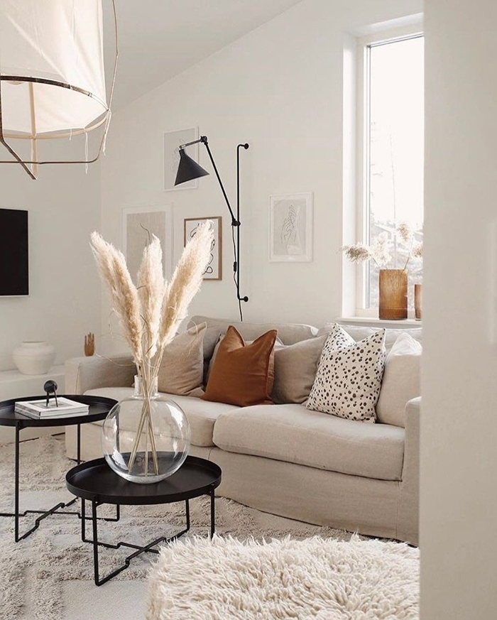 fleur de pampa décoration de salon blanc canapé blanc ivoire coussin marron lampe sur pied noir mat table double plateau noir