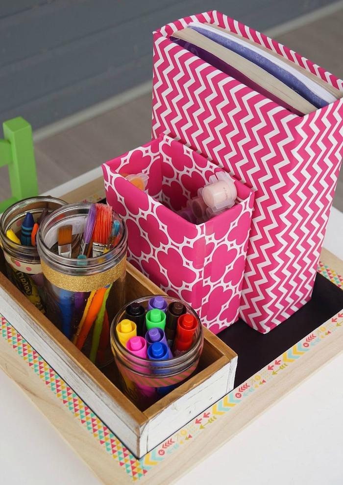 fournitures d écolier idée organisateur bureau en bois avec des rangements pots en verre et des boites de cereales rangement papier