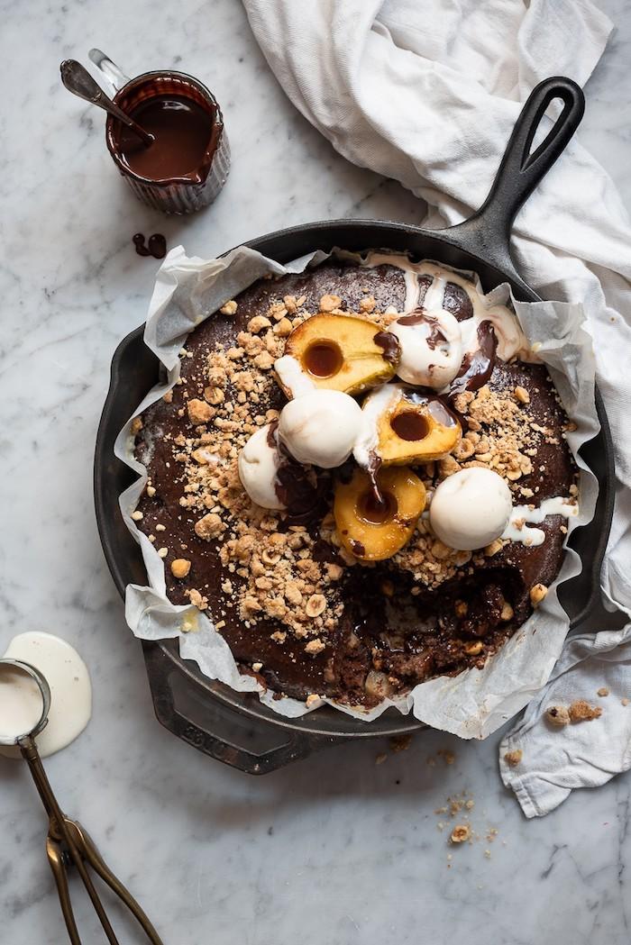 gâteau à la poire chocolat avec crumble de noix topping de glace et poires caramélisées