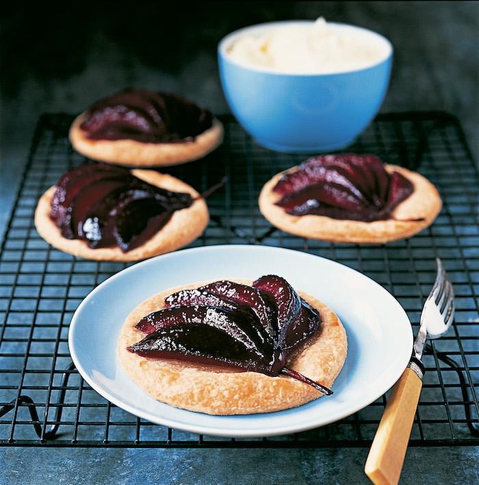 galette aux poires pochées dans vin rouge sur un bout de pate dessert poire simple et original