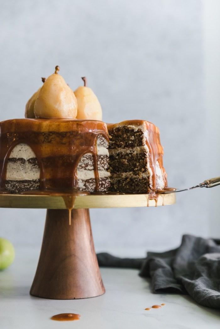 gateau au poire et caramel avec des couches chocolat noix idee dessert elegant soirée