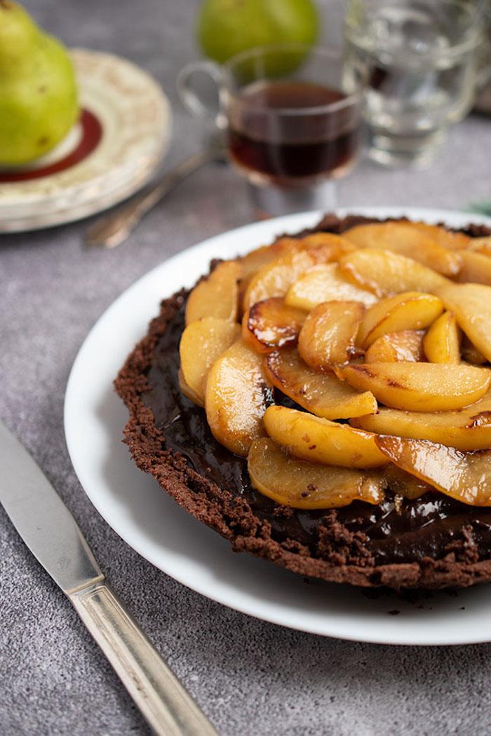 gateau chocolat poire avec base de chocolat creme chocolat et des fruits caramélisés