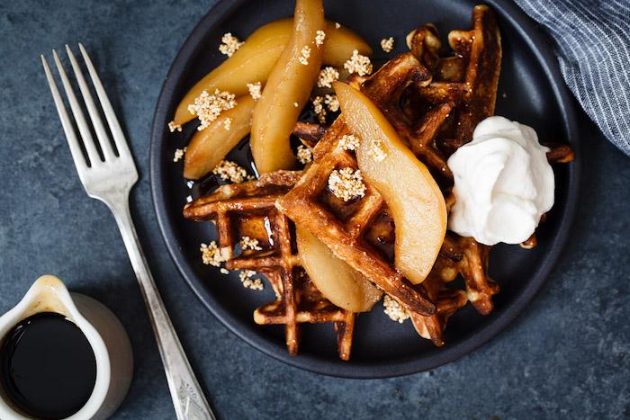gauffres petit dejeuner dessert avec des poires au sirop d erable et fromage a la creme