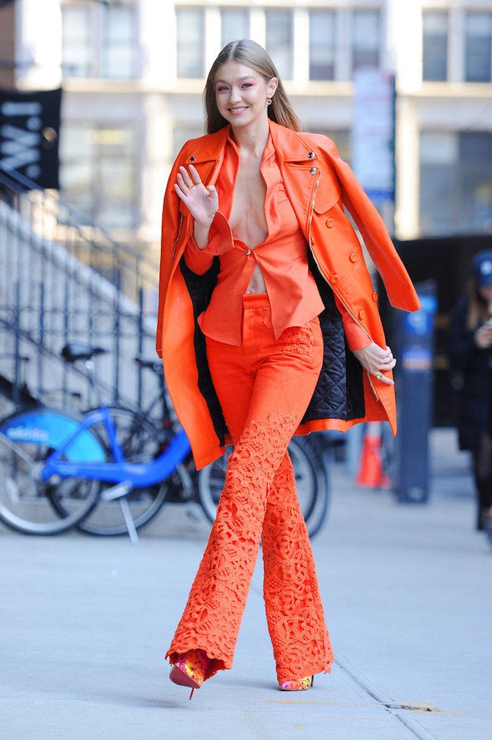 gigi hadid tenue année 2000 ensemble de pantalon top et veste en orange un tailleur retro broderie vintage