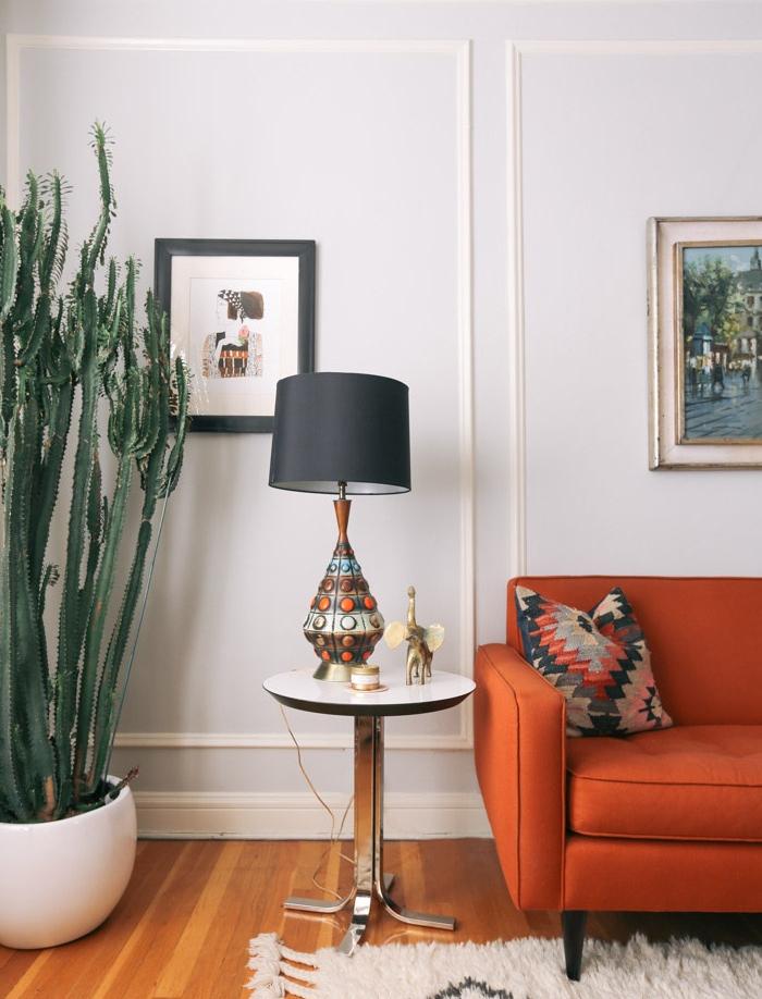 grand cactus en pot blanc pour decorer un coin de la piece canapé orange parquet clair lampe sur pied oriental