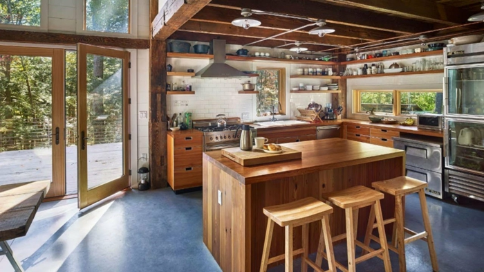 grand espace ilot haut bois massif deco cuisine bois aménagement pièce moderne au style champetre plafond en bois