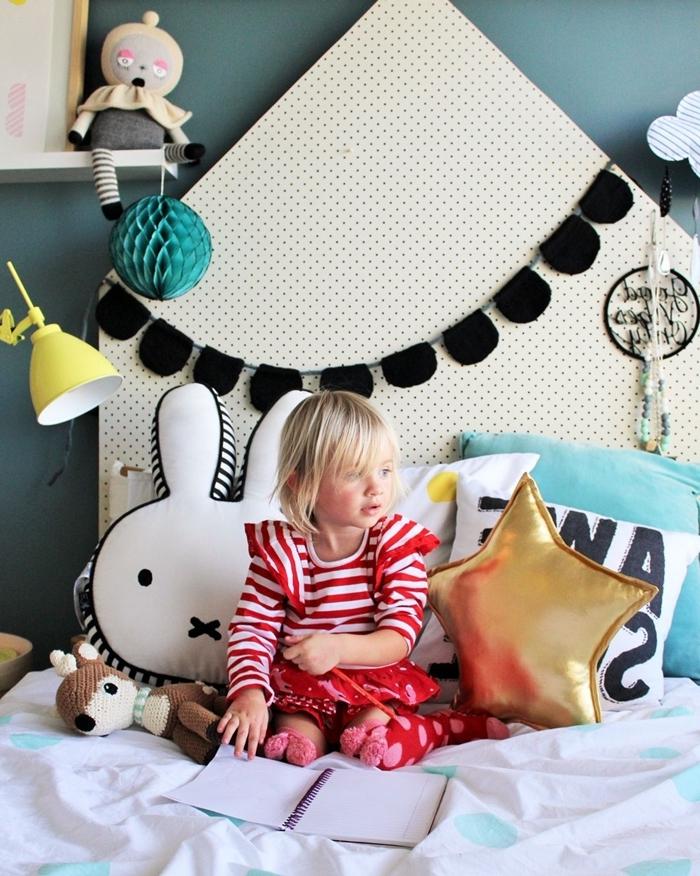 guirlande diy jouets origami papier crépon lampe de chevet jaune étagère murale blanche coussins décoratifs tete de lit blanche