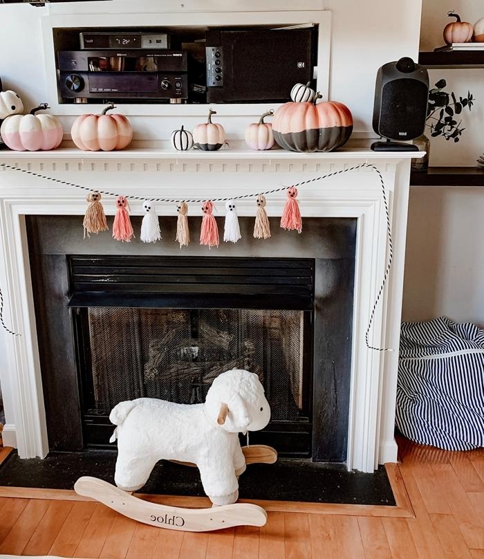 guirlande halloween décoration cheminée blanche parquet bois jouets enfants citrouille peinte bicolore guirlande glands fantôme