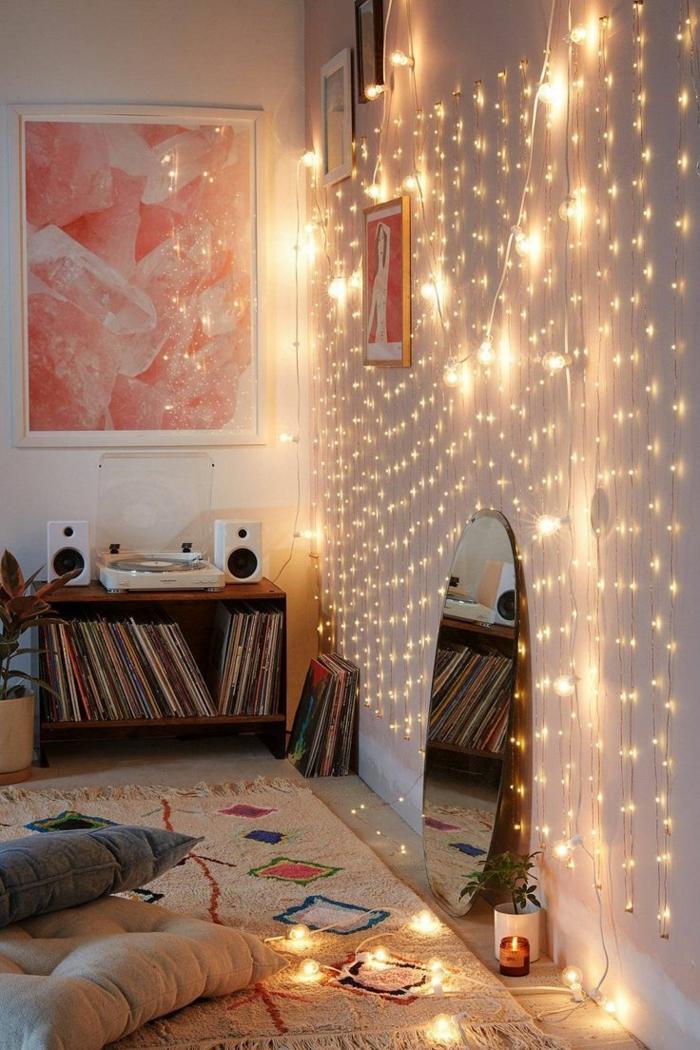 guirlande lumineuse sur le mur salon cocooning couleur peinture salon idées décoration tapis formes geometriques