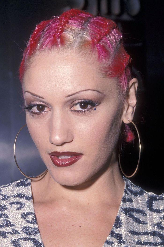 gwen stefani boucles grandes maquillage annees 2000 look retro en print animalier et cheveux roses