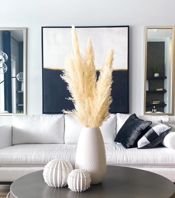 herbe pampa deco design salon blanc et noir vase blanc table basse grise rangement murale étagère noir miroir