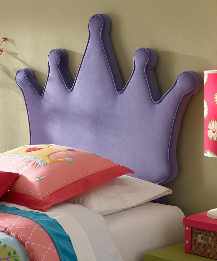idée comment décorer une chambre fille aux murs beige peinture murale taupe tete de lit enfant en tissu forme couronne violette