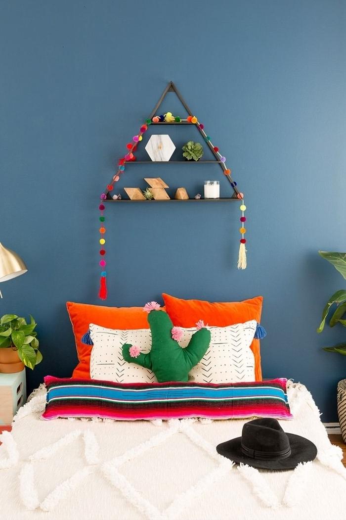 idée comment fabriquer une tete de lit facile avec une étagère suspendue en bois guirlande pompons multicolore coussin cactus
