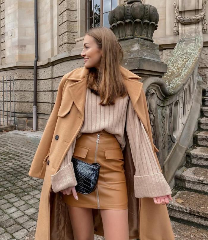 idée tenue casuel chic blonde femme beige manteau longue mini jupe et pull avec grandes manches tenue parisienne savoir comment s habiller bien en automne