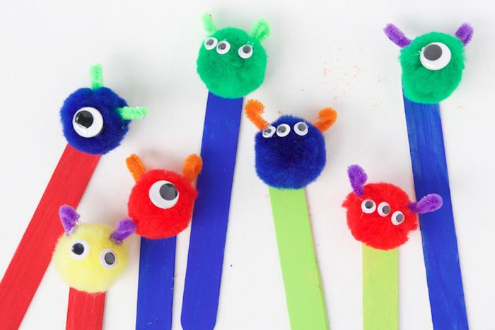 idée d activité manuelle enfant facile et rapide batonnets de glace colorés avec pompons motif monstre aux yeux mobiles