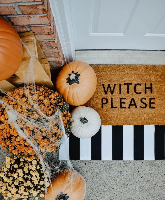 idée déco entrée extérieur citrouilles fleurs en pot et paillasson de couleur orange deco exterieur devant maison