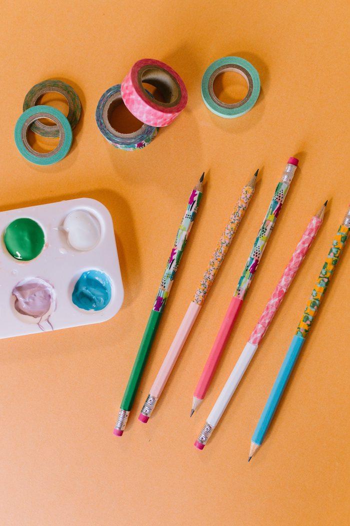 idée décoration crayons avec peinture et washi tape fournitures scolaires personnalisées activité manuelle maternelle facile rapide et créative