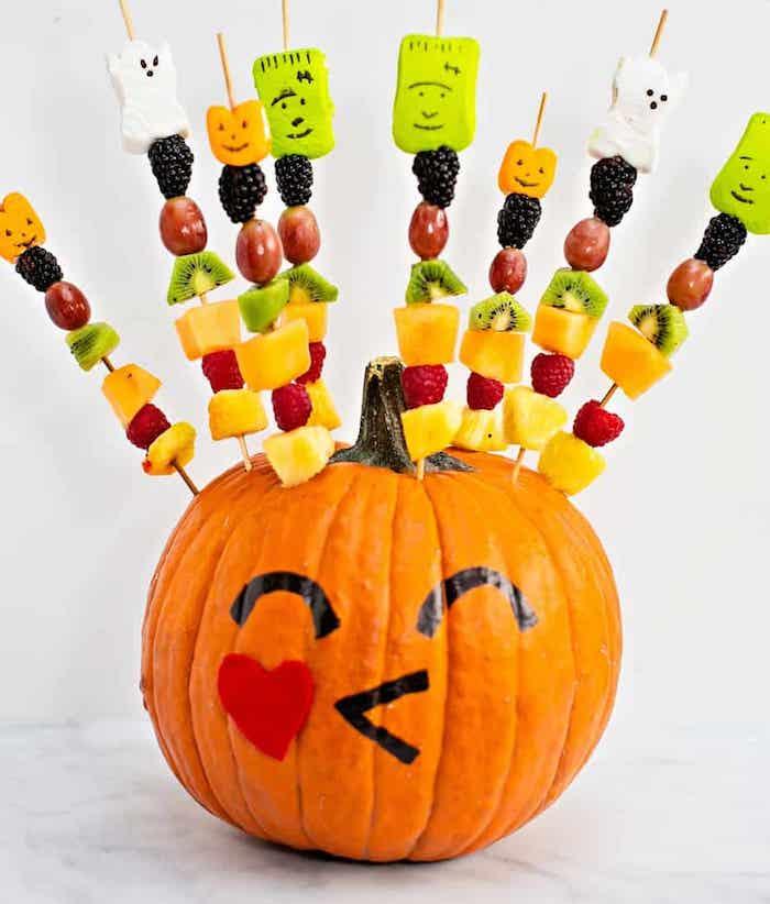 idée de brochette apero sucré brochette fruits et guimauve avec des monstres dessinés pour le gouter hallowen