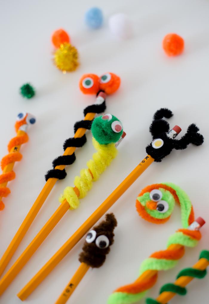 idée de crayons personnalisés de petites créatures en cure pipe colorée et de syeux mobiles activité manuelle maternelle rentrée préscolaire