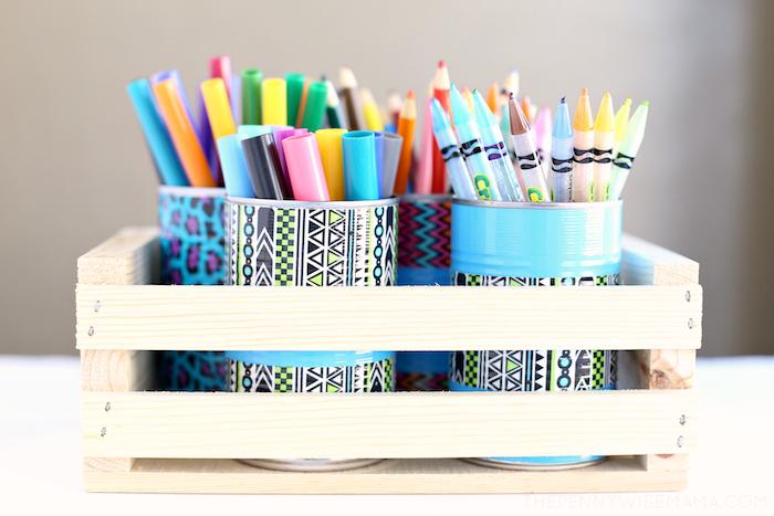 idée de décoration boite de conserve recyclée transformée en pot à crayon diy décoré de peinture et washi tape coloré àa motifs activités manuelles enfants