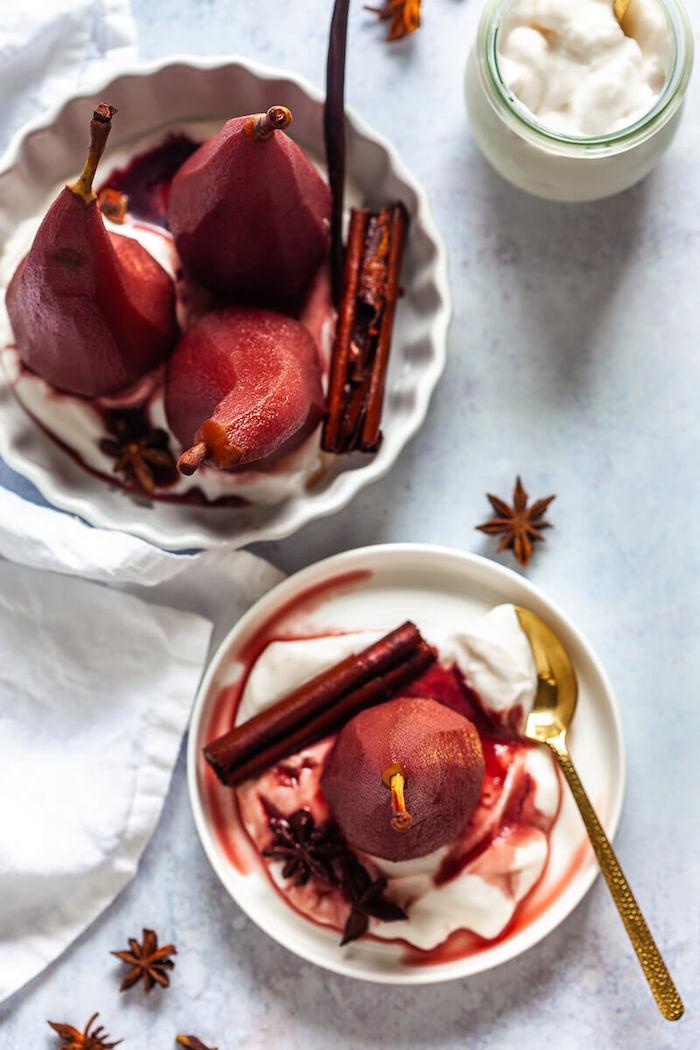 idée de poires pochées au vin rouge servies sur canapé de yaourt grec à la cannelle et reduction de vin rouge