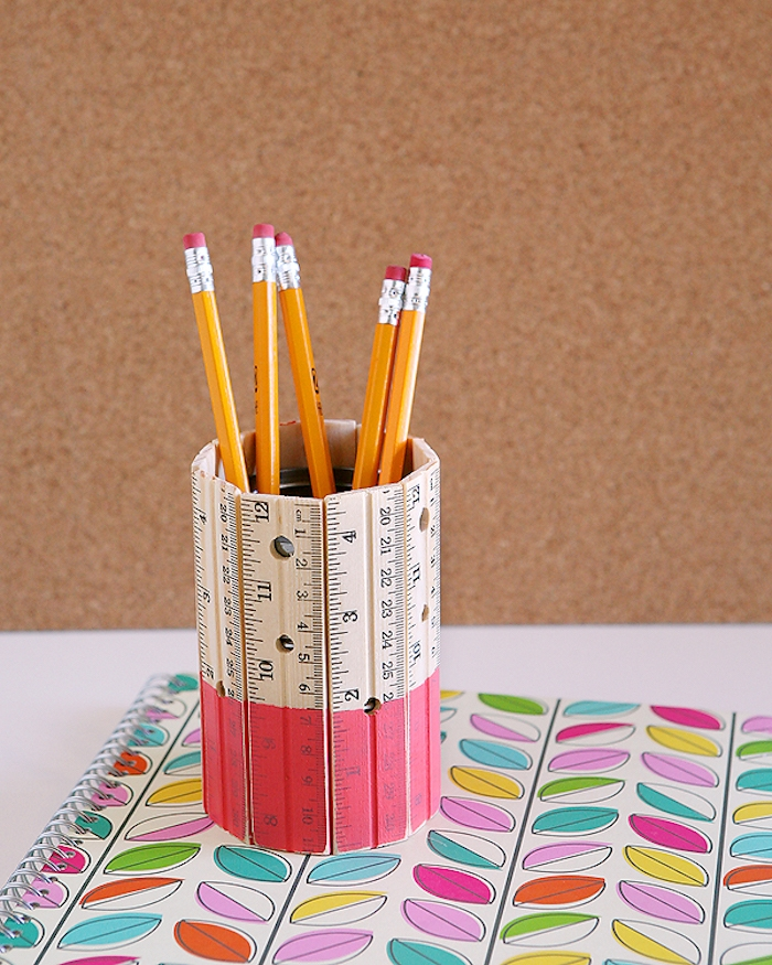 idée de pot à crayon diy en boite de conserve décorée de règles activité manuelle 10 12 ans