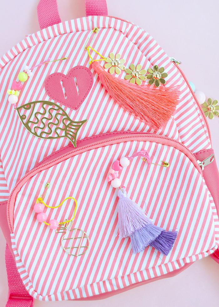 idée de sac à dos scolaire personnalisé de pompons à franges strass petites figurines activité manuelle primaire