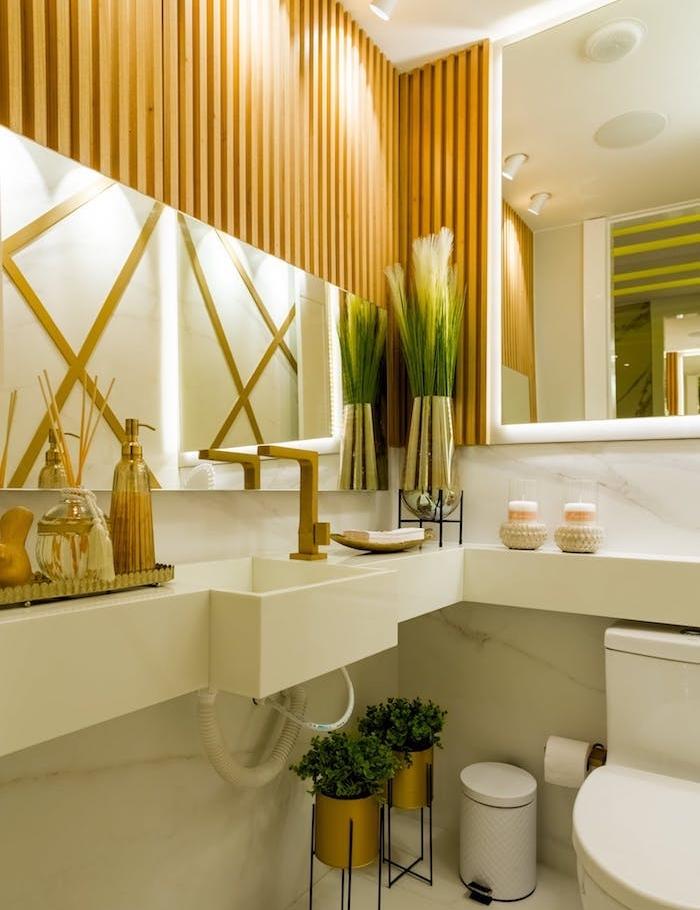 idée salle de bain bois et blanc avec mur de lattes de bois lavabo plan de travail et credence salle de bain marbre plantes salle de bain et accents dorés