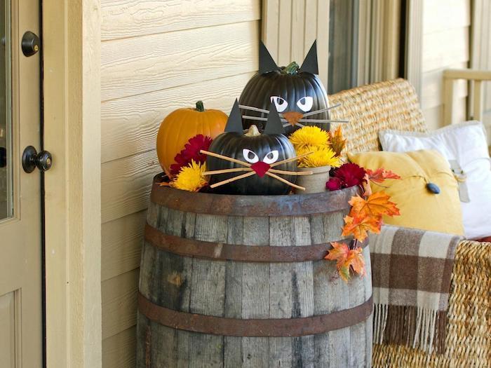 idée tonneau deco avec des citrouilles halloween motif chat et guirlande halloween de feuilles mortes fleurs d automne dexo exterieur halloween