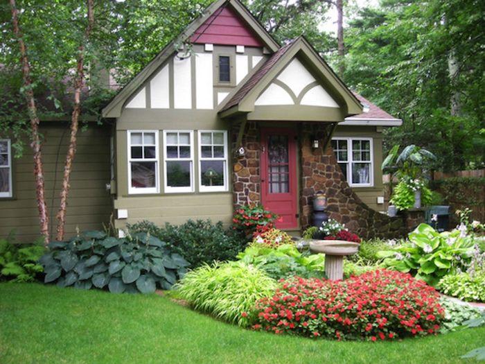 idee amenagement devant maison petite belle maisonette dans la foret variation des plantes en toutes couleurs