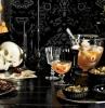 idee apero halloween avec des cocktails et des amus bouche dans une atmosphere macabre noire