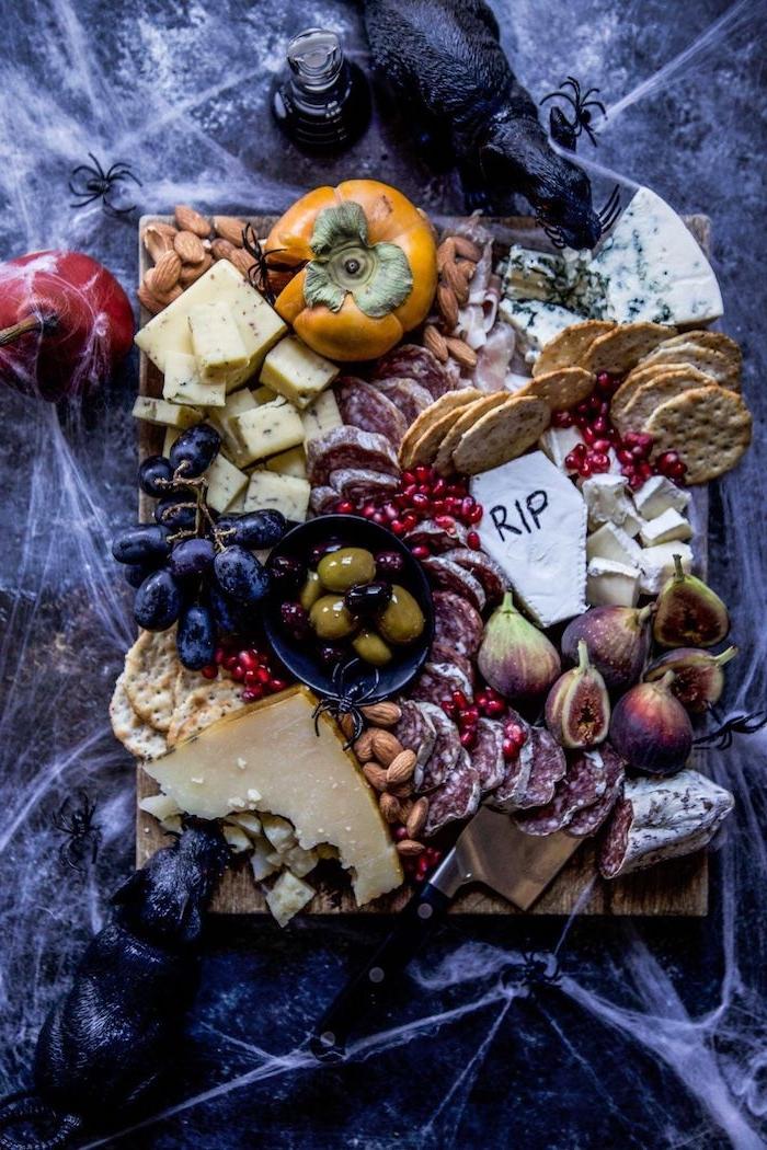 idee apero halloween plateau d amuse bouches compose de frommages fruits et legumes decore d araignees