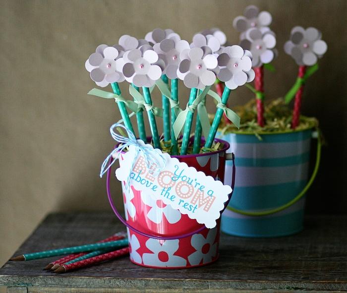 idee cadeau maitresse rentrée à faire soi meme avec des crayons décorés en top de fleurs de papier dans un seau décoratif