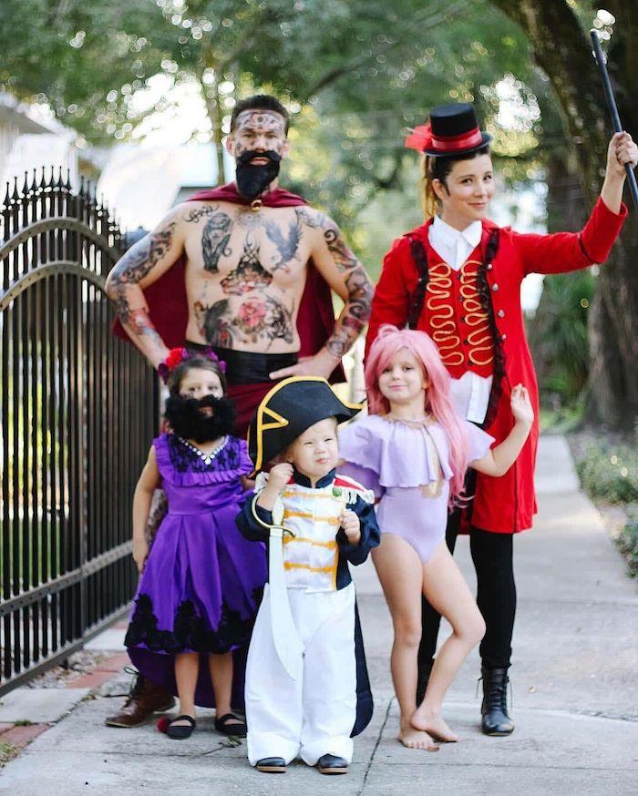 idee de deguisement pour la famille en style cirque des acrobates femme avec barbe et muscleman
