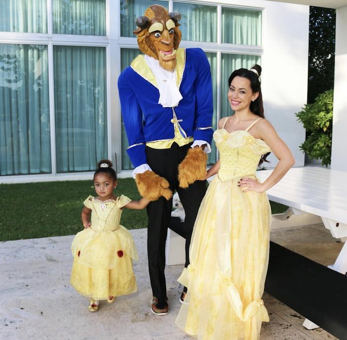 idee de deguisement pour la famille la belle et le bete robe jaune un veste bleu et masque
