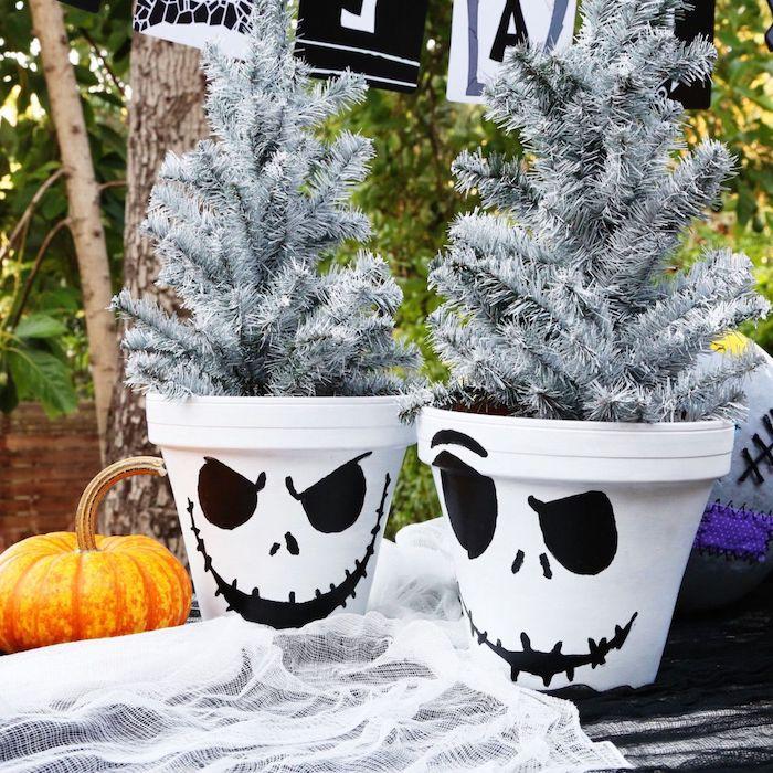 idee de pots de fleurs blanches décorés à motif fantome pour deco table halloween exterieur et courge halloween