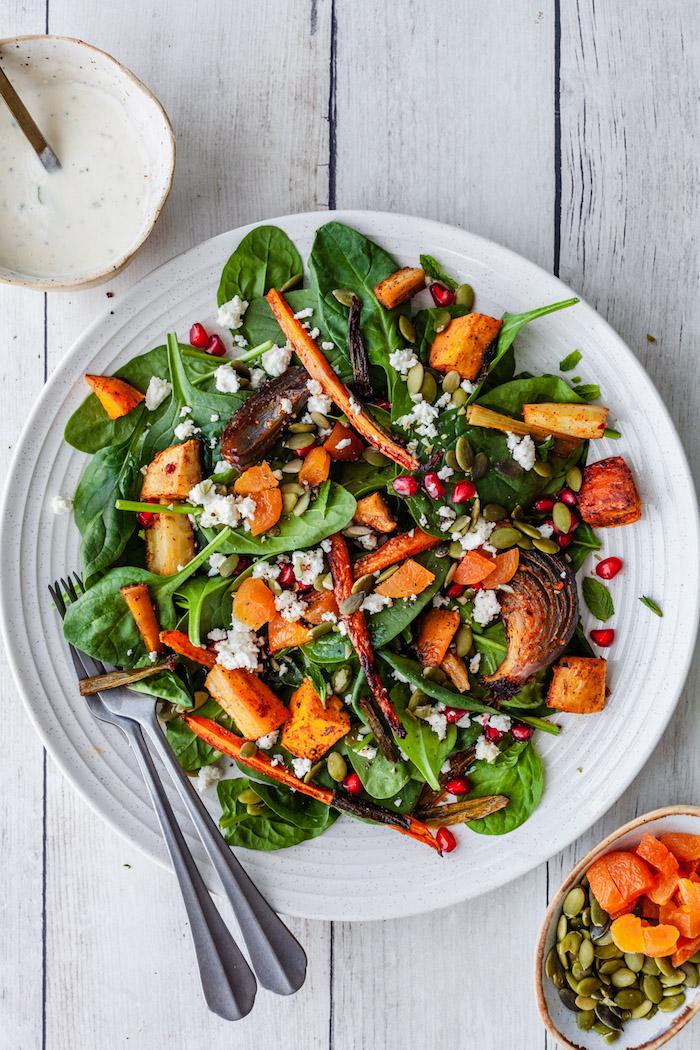 idee de salade automne des epinards pqtqtes oignon et graines servi avec sauce yaourt