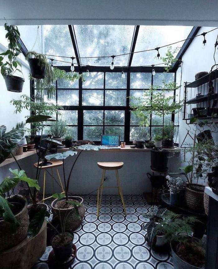 idee deco bureau dans le jardin abondance des plantes et pots deux chaises de bar un guirlande de petits lampes